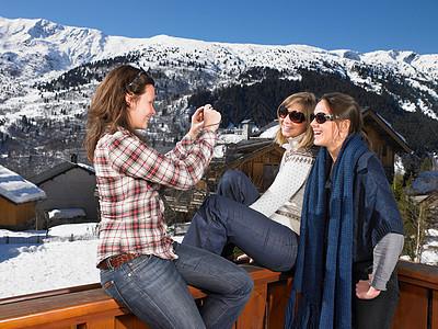 年轻女性互相拍照图片