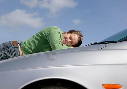 躺在车上的男人图片