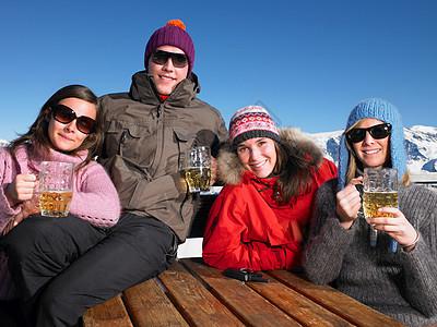 朋友们在露台上喝酒图片