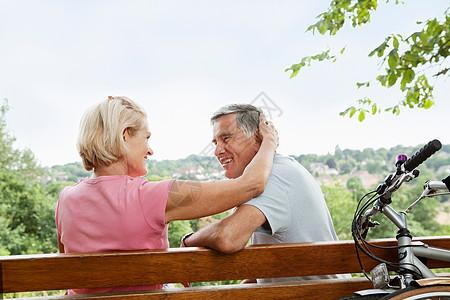 公园长椅上拥抱的老年夫妇图片