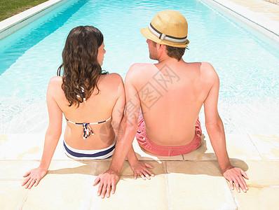 坐在池边的一对夫妇图片
