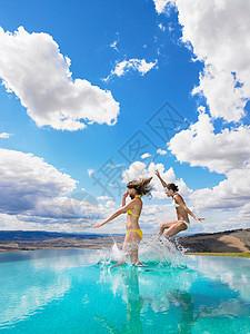 跳入泳池的女人图片