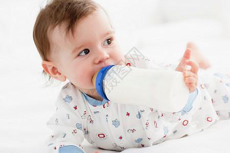 用奶瓶吃奶的婴儿图片