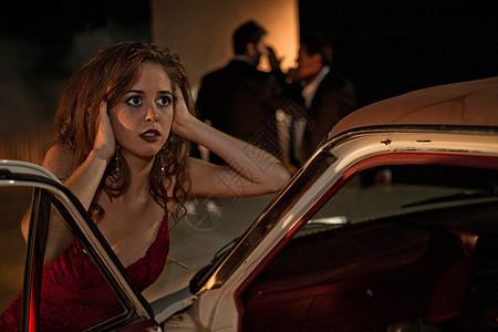 车旁无奈的女人图片