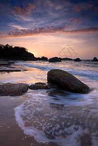 海浪冲刷着海滩上的岩石图片
