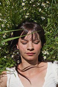 睡在草地上的女人图片