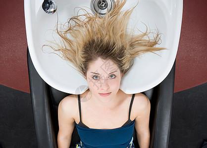 理发店洗头的女人图片