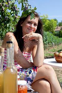 女人在户外野餐图片