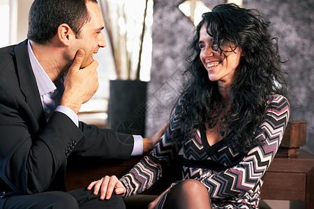 男人与女人在交谈图片