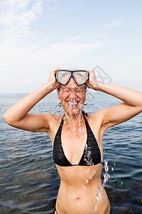 戴潜水面罩的海上女子图片