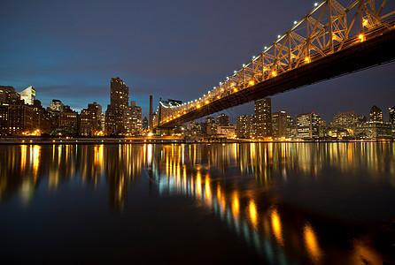 美国纽约市罗斯福岛黄昏时分的艾德·科赫皇后区大桥图片