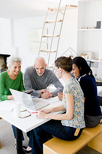 4个商务人士在交谈图片