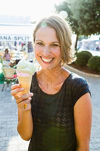 女人在吃冰淇淋蛋卷图片