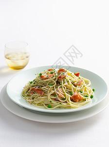 一碟鱼和豌豆意大利面图片