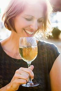 在户外喝葡萄酒的女人图片
