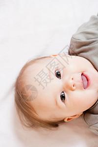 对着镜头微笑的婴儿图片