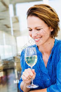 在喝葡萄酒的女人图片