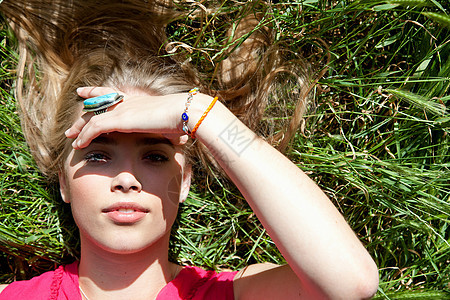 躺在草地上的少女图片
