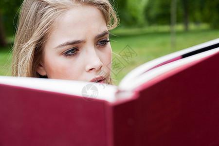 在公园读书的少女图片