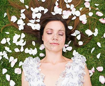 女人睡觉,带着玫瑰踏板图片