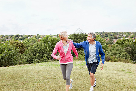 成熟男人紧握着慢跑伙伴图片