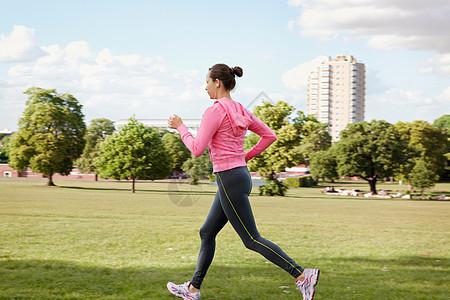 在公园慢跑的女人图片