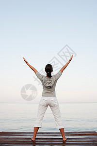 在杰蒂做瑜伽的年轻女子图片