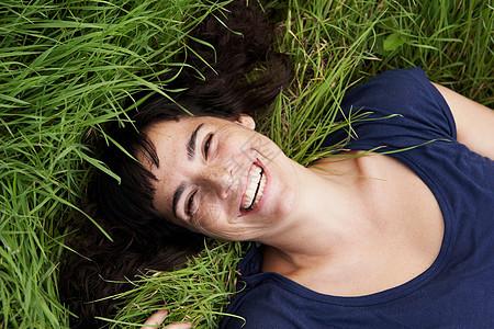 躺在草地上的女人图片