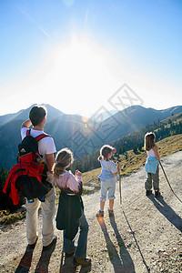 一家人在山上徒步旅行图片
