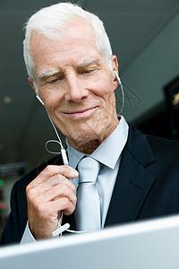 戴着耳机听的老人图片