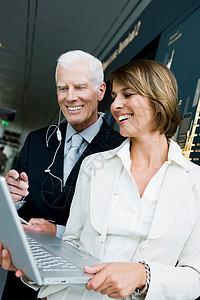 老男人和老女人看笔记本电脑图片