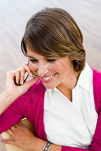 带着手机微笑的女人图片