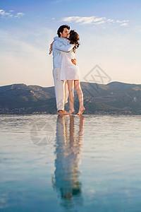 在无限池边接吻的情侣图片