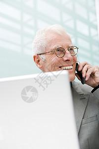使用手机的老人图片