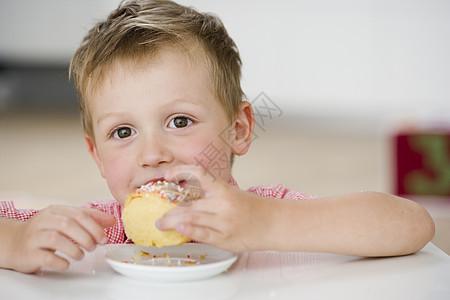 小男孩吃甜饺子图片