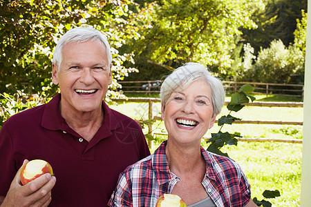 老夫妇笑着吃苹果图片