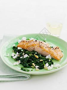 菠菜三文鱼盘图片