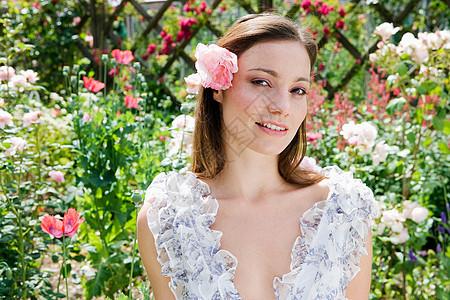 花园里戴玫瑰的女人图片