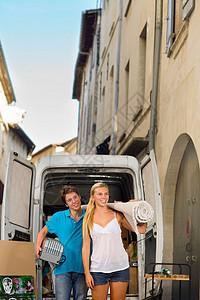 与搬运地毯的移动卡车相结合图片