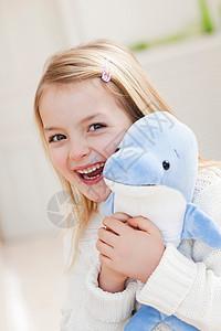 抱玩偶的年轻女孩图片