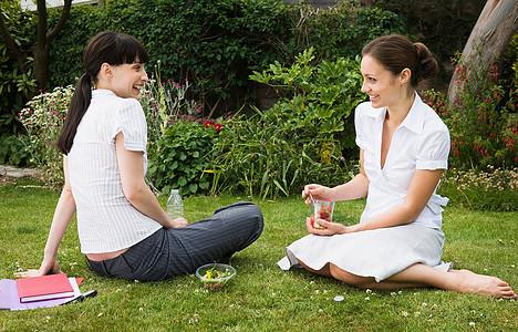 2名女商人在公园吃午饭图片