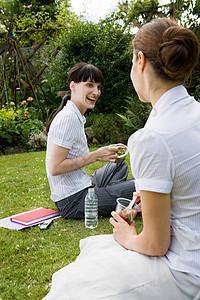 2名女商人在公园里聊天图片