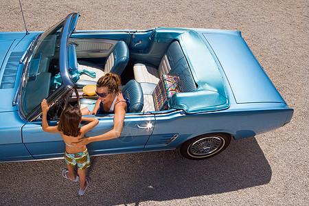 车上的母女图片