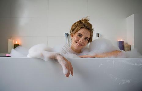 在浴缸里微笑的女人图片