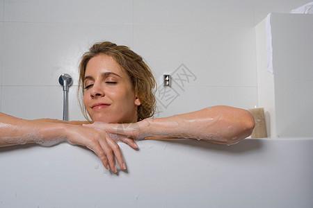 浴缸里的女人图片