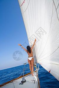帆船上的女人张开双臂图片