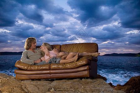 海边沙发上的一对夫妇图片