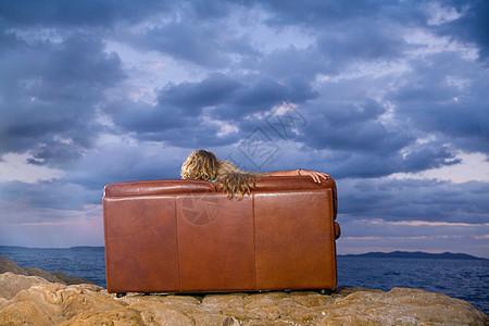 坐在沙发上的看大海的情侣背影图片