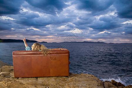 海边坐在沙发上的一对夫妇看着天空图片