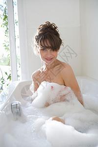泡澡的女人图片